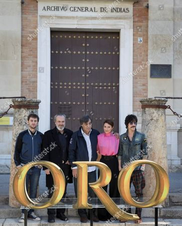 (L-R) Spanish actors/cast members Raul Arevalo, Jose Coronado, director Agustin Diaz Yanes and Barbara Lennie and Oscar Jaenada pose outside the Archivo de Indias building during the presentation of the film 'Oro' (Gold) as part of the 14th European Film Festival in Seville, Spain, 07 November 2017. The film is based on the epic expeditions by Spanish conquistadors during 16th century. The festival runs from 03 to 11 November.