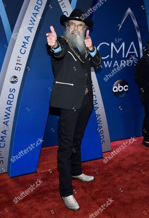 """Si Robertson, from """"Duck Dynasty,"""" arrives at the 51st annual CMA Awards, in Nashville, Tenn"""
