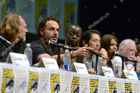 "Andrew Lincoln, second left, and the cast and crew of ""The Walking Dead "" participate in a panel on Day 3 of Comic-Con International, in San Diego. From left, Greg Nicotero, Lincoln, Danai Gurira, Steven Yuen, Lauren Cohan and Scott Wilson"