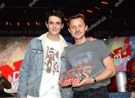 Kungs receives the Best French DJ Award from Martin Solveig