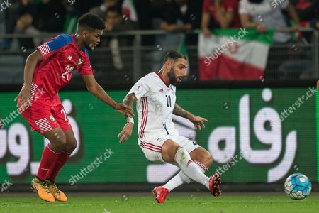 Panama's Ricardo Avila (L) in action against Iran's Ashkan Dejagah (R) during the international friendly soccer match between Iran and Panama in Graz, Austria, 09 November 2017.