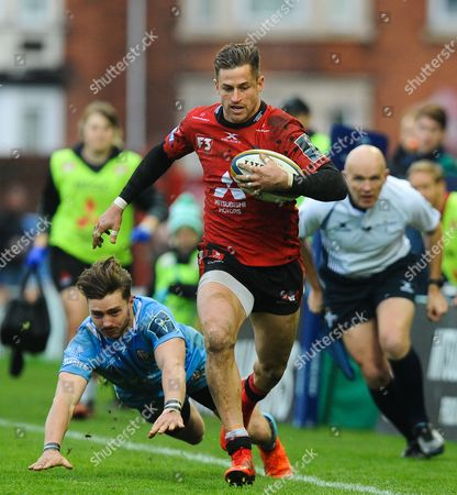 Ben Ransom of London Irish misses a tackle as Henry Trinder of Gloucester Rugby breaks away to score
