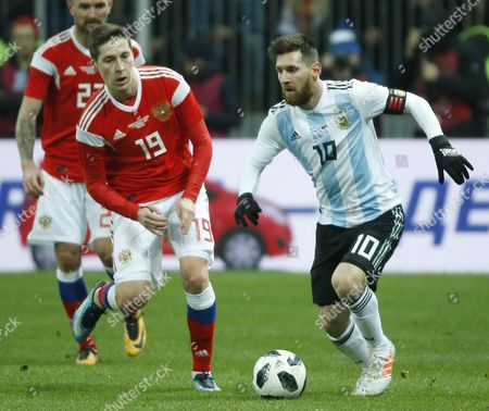 Dmitri Kombarov (L), Daler Kuzyayev (C) of Russia fights for the ball with Lionel Messi (R) of Argentina during their international friendly soccer match at Luzhniki stadium in Moscow, Russia, 11 November 2017.