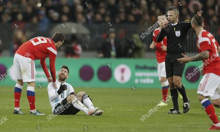 Daler Kuzyayev (L) of Russia fights for the ball with Lionel Messi (C) of Argentina during their international friendly soccer match at Luzhniki stadium in Moscow, Russia, 11 November 2017.