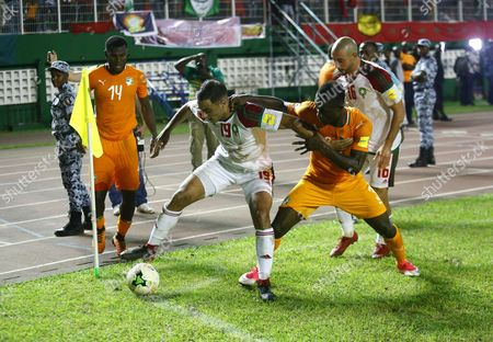Konan Nclomande Ghislain from Ivory Coast (R) vies for the ball with Amrabat Sofyan (L) from Morocco during the FIFA World Cup 2018 play-off match between the Ivory Coast and Morocco in Abidjan, Ivory Coast, 11 November 2017.