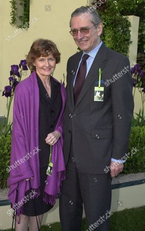 Stock Photo of Visitors To The Evening Standard Garden At The 2001 Chelsea Flower Show Sir Norman And Lady Fowler (now Rt Hon Baron Fowler Of Sutton Coldfield 04.07.2001) Life Peer/june 2001 Picture By: Nigel Howard
