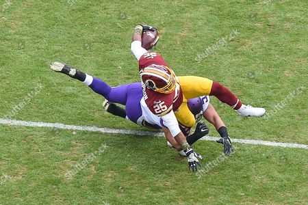 Minnesota Vikings linebacker Eric Kendricks (54) tries to tackle Washington Redskins running back Chris Thompson (25) in the open field during the matchup between the Minnesota Vikings and the Washington Redskins at FedEx Field in Landover, MD