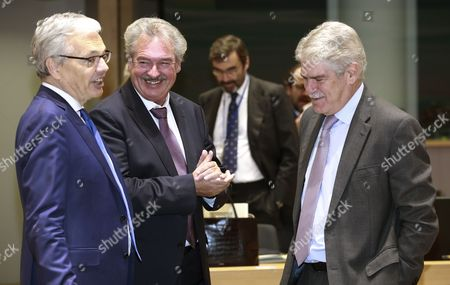(L-R) Belgian Foreign Minister Didier Reynders, Foreign Minister of Luxembourg Jean Asselborn and Spanish Foreign Affairs Minister Alfonso Maria Dastis Quecedo chat with each other prior to the start of the EU Foreign Affairs Ministers' Council meeting in Brussels, Belgium, 13 November 2017. The Council is expected to discuss EU-Africa relations, strategic communications, security and defence issues and the EU-NATO cooperation, according to the European Council's calendar.