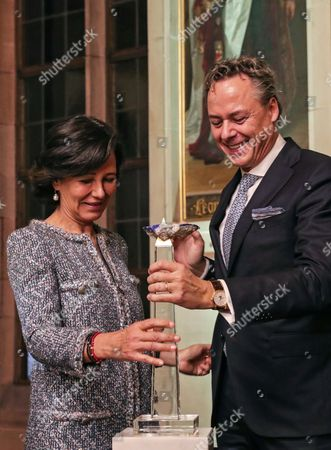 Ana Botin (L), Group Executive Chairman of Banco Santander, presents the award 'European Banker of the Year 2016' to Ralph Hamers (R), CEO & Chairman Executive Board of ING Group during ceremony in the Emperor Hall (Kaisersaal) of the Frankfurt Roemer in Frankfurt Main, Germany, 13 November 2017. Ralph Hamers, CEO & Chairman Executive Board, ING Group, has worked for the company since 1991, and has headed the financial enterprise since 2013. As part of reasons for awarding the title, the awarding jury said 'under Hamers' leadership, ING has invested heavily in online banking and is considerably ahead of the curve when it comes to banking digitisation. The jury also said the bank impresses with its visionary applications and always stays up to date with the latest technological trends. In contrast to the general trend in the industry, ING?s German subsidiary once again achieved a record result for the 2016 financial year. Earnings after tax rose by 14 per cent to 859 million Euros.