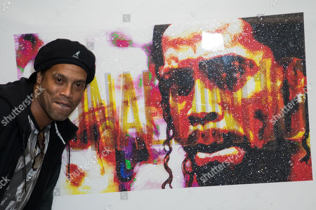 Ronaldinho with his portrait made by Lincoln Townley.  Artist Lincoln Townley has created a stunning portrait of Ronaldinho for auctioning at the inaugural Football for Peace Ball at 6:30pm on Friday 17th November 2017 at the Guildhall in London.