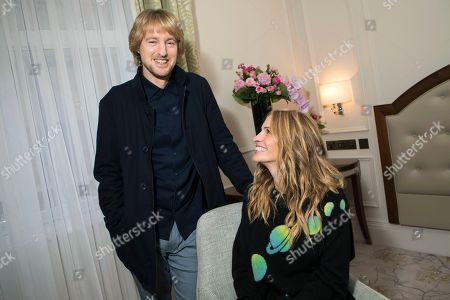 """Owen Wilson, Julia Roberts. On, actors Owen Wilson, left and Julia Roberts pose for a portrait photograph while promoting the film """"Wonder"""" in London. """"Wonder"""" could have been designed as an antidote to the headlines. It's a thoroughly positive movie about the importance of kindness. Based on R.J. Palacio's best-selling kids' novel, the movie follows Auggie Pullman, a boy with a craniofacial deformity, as he takes his first anxious steps into an intimidating world"""
