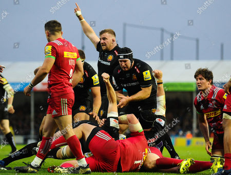 Moray Low of Exeter Chiefs celebrates Jonny Hill of Exeter Chiefs try