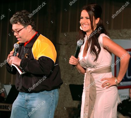 En esta foto distribuida por el ejército de EEUU, el entonces comediante Al Franken y la comentarista deportiva Leeann Tweeden actúan para los soldados en Camp Arifjan, Kuwait, 15 de diciembre de 2006. Franken, ahora senador por Minnesota, enfrenta una denuncia ética en el Senado después que Tweeden lo acusó de obligarla a besarlo durante la gira