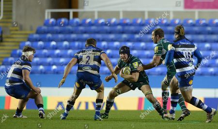 Franco van der Merwe of London Irish in action against Tom Dunn of Bath Rugby during the Aviva Premiership Rugby match between London Irish and Bath Rugby at Madejski Stadium on November 19th 2017 in Reading, Berkshire, England. (Photo by Gareth Davies/PPAUK)