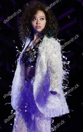 Zhang Liangying performing on the catwalk