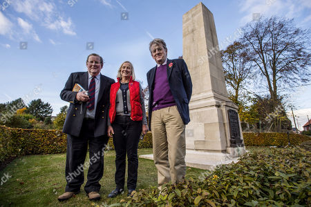 Vyvyan Harmsworth Wife Alexandre And Robert Hardman (r) At The Royal Naval Div. Memorial At Beaucourt France. Officer Vere Harmsworth Son Of Lord Rothermere Died In The Battle Of Ancre. The Last British Attack On The German Lines In The Battle Of The Somme In Nov. 1916.