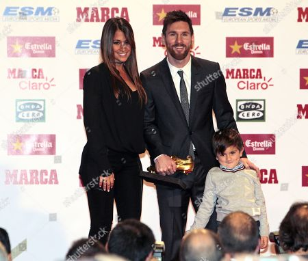 Lionel Messi (C) receives the Golden Boot poses with wife Antonella Roccuzzo and his son Thiago Lionel Messi