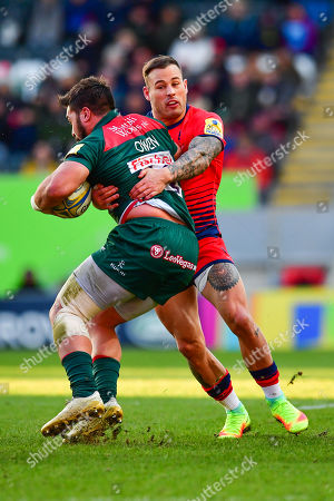 Gareth Owen of Leicester Tigers is tackled by Francois Hougaard of Worcester Warriors