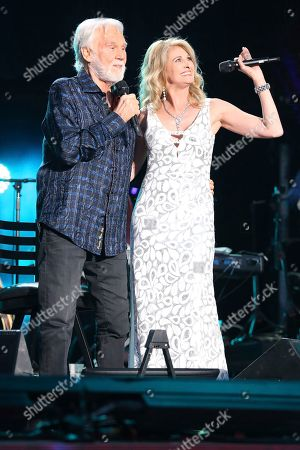From left, artist Kenny Rogers and Linda Davis perform at the 2017 CMA Music Festival at Nissan Stadium on in Nashville, Tenn