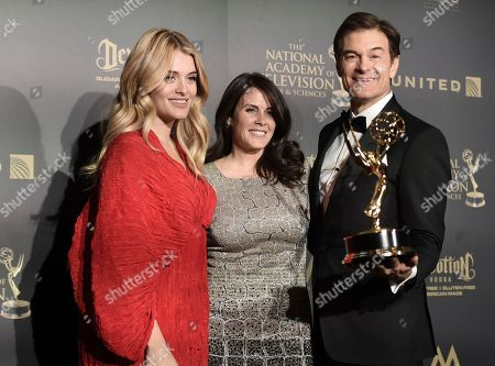 "Daphne Oz, from left, Lisa Oz and Dr. Mehmet Oz pose in the press room with the award for outstanding informative talk show for ""The Dr. Oz Show"" at the 44th annual Daytime Emmy Awards at the Pasadena Civic Center, in Pasadena, Calif"