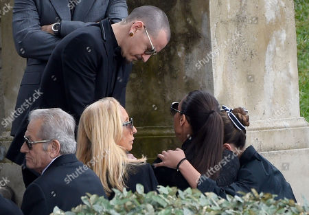 Chester Bennington, of Linkin Park, standing, greets, from right, Toni Cornell and Vicky Karayiannis at a funeral for Chris Cornell at the Hollywood Forever Cemetery, in Los Angeles