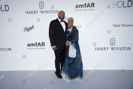 Damon Elliott and Dionne Warwick pose for photographers upon arrival at the amfAR charity gala during the Cannes 70th international film festival, Cap d'Antibes, southern France