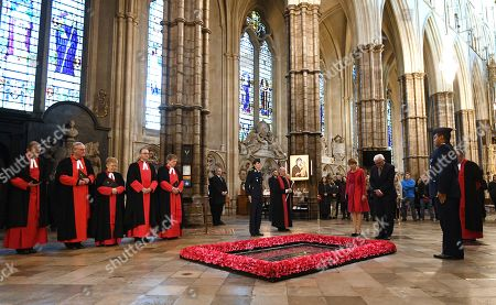 Germany's President Frank-Walter Steinmeier (2-R) and his wife Elke Budenbender (C) stand with The Very Reverend Dr John Hall (R), Dean of Westminster Abbey in front of the grave of the Unknown Warrior during a visit to the Anglican Westminster Abbey in London, Britain 28 November 2017. Frank-Walter Steinmeier and his wife are on a one day official visit to London.