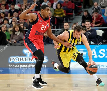 Fenerbahce Dogus Istanbul´s James Nunnally (R) escapes from Kevin Jones (L) of Baskonia, during their EuroLeague basketball match at Fernando Buesa Arena pavilion in Vitoria, northern Spain, 30 Novembre 2017.