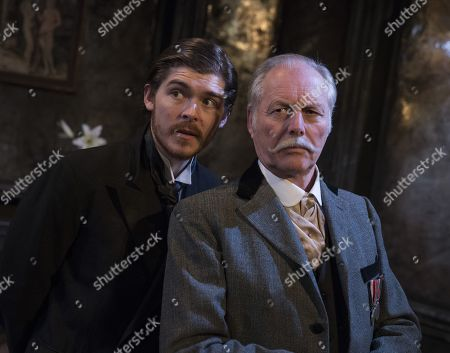 Alexander Knox as Stranger,Grahan Pountney as Major Tomkins