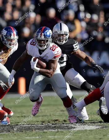 New York Giants running back Paul Perkins (28) runs against the Oakland Raiders during an NFL football game in Oakland, Calif