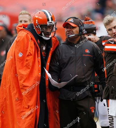 Cleveland Browns head coach Hue Jackson, right, talks with quarterback Robert Griffin III in the first half of an NFL football game against the San Diego Chargers, in Cleveland