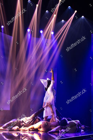 A star performs Chandelier by Sia Furler