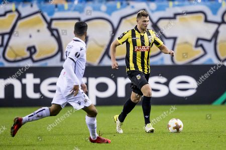 Thomas Oude Kotte (R) of Vitesse duels with OGC Nice player Bassem Srarfi (L) during the UEFA Europa League match between Vitesse and OGC Nice in the GelreDome stadium in Arnhem, the Netherlands, 07 December 2017.