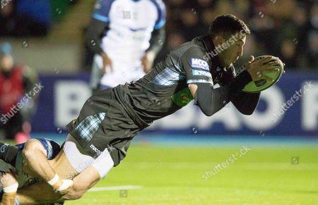 Glasgow Warriors vs Montpellier. Glasgow Warriors' Leonardo Sarto scores a try