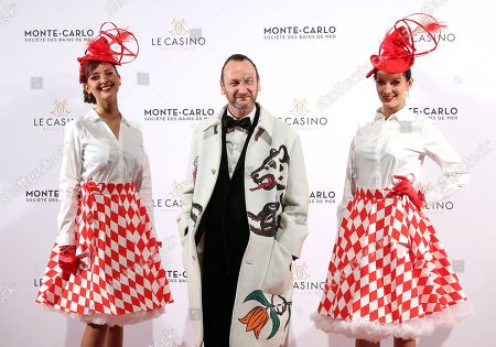 Belgian artist Charles Kaisin (C) arrives for the Surrealist Dinner Party at the Monte-Carlo Casino in Monaco, 09 December 2017.