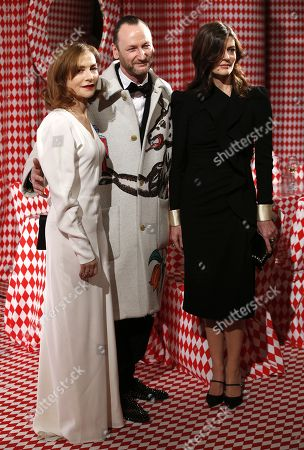 Belgian artist Charles Kaisin (C), French actress Isabelle Huppert (L) and Chiara Mastroianni (R) arrive for the Surrealist Dinner Party at the Monte-Carlo Casino in Monaco, 09 December 2017.