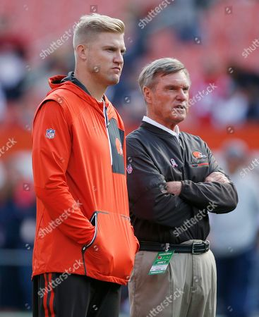 Josh McCown, Al Saunders. Cleveland Browns' Josh McCown, left, talks with Cleveland Browns assistant coach Al Saunders before an NFL football game against the New England Patriots, in Cleveland