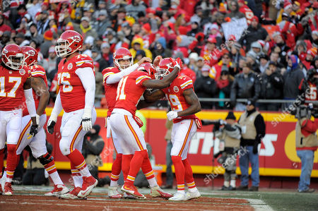 Alex Smith, Jason Avant, Jeremy Maclin. Kansas City Chiefs quarterback Alex Smith (11) and wide receiver Jason Avant (81) congratulate wide receiver Jeremy Maclin (19) following Maclin's touchdown against the Oakland Raiders during the first half of an NFL football game in Kansas City, Mo