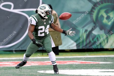New York Jets running back John Griffin bobbles the opening kickoff from the Oakland Raiders during the first half of an NFL football game, in East Rutherford, N.J