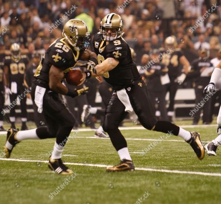 Drew Brees, Reggie Bush. New Orleans Saints quarterback Drew Brees (9)hands off to Reggie Bush (25) on in the first half of an NFL football game in New Orleans, .The Saints defeated the Carolina Panthers 30-20. (AP Photo/Bill Haber