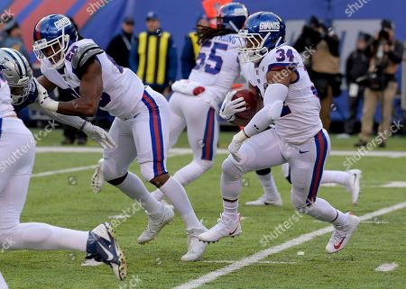 New York Giants running back Shane Vereen (34) runs the ball against the Dallas Cowboys during the second quarter of an NFL football game, in East Rutherford, N.J