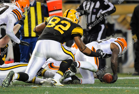 D'Qwell Jackson, Weslye Saunders. Cleveland Browns middle linebacker D'Qwell Jackson (52) recovers a fumble by Pittsburgh Steelers tight end Heath Miller (83) (not seen) ain front of Pittsburgh Steelers tight end Weslye Saunders (82) in the second quarter of the NFL football game, in Pittsburgh