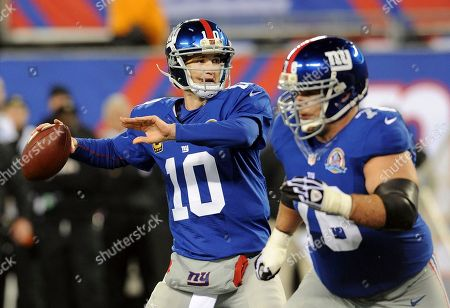 New York Giants quarterback Eli Manning (10) looks to pass as guard Chris Snee (76) blocks for him during the first half of an NFL football game against the New Orleans Saints, in East Rutherford, N.J