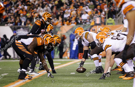 Cleveland Browns center Nick McDonald prepares to snap the ball against the Cincinnati Bengals during the second half of an NFL football game, in Cincinnati