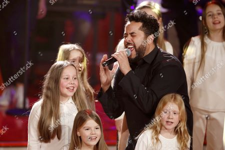 Adel Tawil and the children's choir 'Blue Voice'