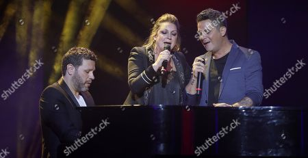 Spanish singers Alejandro Sanz (R) and Nina Pastori (C) perform during the Ondas awards gala held at the Exhibitions and Congresses Palace in Seville, southern Spain, 12 December 2017.