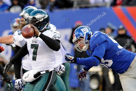 New York Giants middle linebacker Chase Blackburn (93) chases Philadelphia Eagles' Michael Vick (7) during the second half of an NFL football game in East Rutherford, N.J