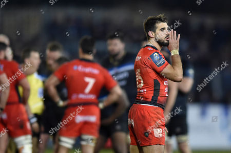 Hugo Bonneval of RC Toulon has a word with his back line