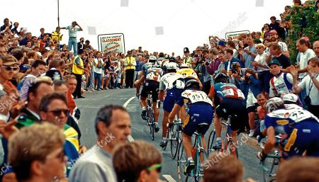 Tour de France 1994 Stage 4 Dover to Brighton over Ditchling Beacon. Riders Rainbow Lance Armstrong (USA), Nr 1 Miguel Indurain (Esp), Johan Museeuw (B) Yellow Jersey, Rolf Jaerman (25), Frankie Andreu (34), Alberto Elli (24), Raul Alcala (32).