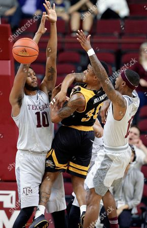 Tonny Trocha-Morelos, Lavone Holland II, Duane Wislon. Northern Kentucky guard Lavone Holland II (30) dishes off the ball between Texas A&M center Tonny Trocha-Morelos (10) and guard Duane Wilson (13) during the first half of an NCAA college basketball game, in College Station, Texas